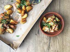 Yksi Espanjan suosituimmista tapas ruuista, tässä tehtynä vegaanisesta majoneesista sekä hienoista kotimaisista Annabelle perunoista! #tapas #espanja #patatabravas #villinävegeen #kasvisruoka #kasvisreseptit Halloumi, Chicken Wings, Tapas, Curry, Meat, Ethnic Recipes, Food, Curries, Essen