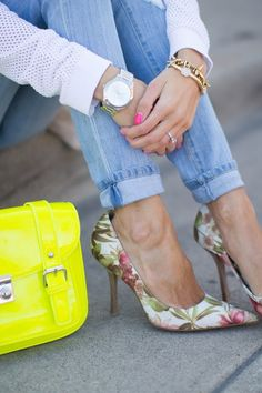 denim with floral pumps. Love the spring trend of floral shoes Women's Shoes, Mode Shoes, Me Too Shoes, Shoe Boots, Shoe Bag, Stilettos, High Heels, Work Heels, Look Fashion