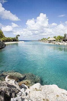 Curacao, terytorium zależne Holandii (de iure autonomiczny kraj wchodzący w skład Królestwa Niderlandów) leżące na Karaibach, w Małych Antylach (Wyspy Zawietrzne). Stolicą wyspy jest Willemstad, nazywane małym Amsterdamem.