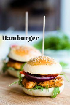 Ihr wollt gern #Burger selber machen! Dann habe ich für euch heute genau das richtige #Rezept. Mit diesem einfachen #Chickenburger Rezept gelingen euch super leckere Burger. Ich finde die Kombination aus Hühnerfleisch und getrockneten Tomaten passt perfekt. Ihr könnt die Zutaten für den Belag natürlich auch nach eurem Geschmack anpassen. Lasst es euch schmecken! #Abendessen #Rezepte #Recipe #Hamburger #Mittagessen #kochen #essen #lecker #backen Salmon Burgers, Bread, Ethnic Recipes, Super, Food, Rocket Salad, Dried Tomatoes, Meat, Honey