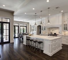 Check it out Traditional Kitchen Design Ideas, Remodels & Photos Love the black doors! The post Traditional Kitchen Design Ideas, Remodels & Photos Love the black doors!… appeared first on Derez Decor . Sweet Home, Küchen Design, Design Ideas, Interior Design, Layout Design, Design Inspiration, Floor Design, Ceiling Design, Creative Inspiration