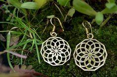 Vergoldete Ohrringe mit Symbol der Blume des Leben. Da die Ohrringe aus Messing gefertigt sind hängen sie nicht zu schwer im Ohr.  Größe: 2 cm  Im Nomadic-Affairs Shop findet ihr weitere Ohrringe...