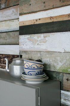 Sloophout: elke plank is uniek en heeft zijn eigen geschiedenis. Waar komt hij vandaan? Wat was zijn functie? Studio Ditte heeft de geschiedenis en schoonheid van het sloophout gekopieerd naar behang. Price €199,00