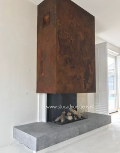 Roest in combinatie met Betoncire www.stucadoorstiens.nl Home Fireplace, Modern Fireplace, Fireplace Surrounds, Fireplace Design, Living Room Modern, Home Living Room, Minimalist Fireplace, Interior Exterior, Interior Design