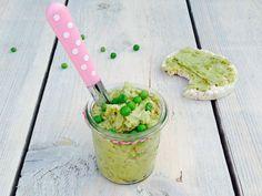 Avocado doperwtenspread is ideaal voor op de pannenkoek. Ook lekker bij een borrelplank, op brood, of als snack met een rijstwafel.