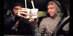 Mert & Dylan tijdens een opname van hun Milkshakevlog #Fun #Mert #Dylan #YouTube #vlog #Milkshakevlog #McDonald's #thuisbezorgen