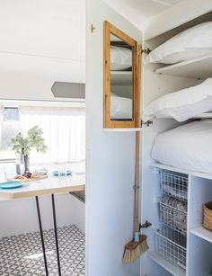 This sweet little caravan has been given the most stylish makeover Dieser süße kleine Wohnwagen hat Caravan Renovation Diy, Caravan Interior Makeover, Camper Makeover, Caravan Hacks, Caravan Decor, Retro Caravan, Caravan Interiors, Caravan Ideas, Caravan Storage Ideas