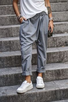Die graue Hose ist ein totaler Hingu… Cool streetstyle that is absolutely trendy. The gray pants are a total eye-catcher and can look great in combination with sneakers and heels. Looks Street Style, Looks Style, Looks Cool, Style Me, Grey Style, Look Fashion, Fashion Outfits, Fashion Trends, Street Fashion