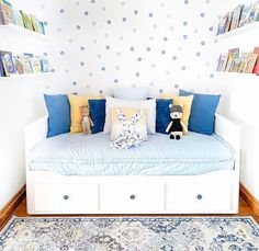 While our Daydream Beddy's does look amazing with our rainbow colored Daydream accessories, it also looks great styled many other ways!!! AND we LOVE the way @mrsjuliemunro styled it here! 💙💛 #beddys #zipperbedding #zipyourbed #toddler #toddlerstyle #toddlerbed #toddlerbedding #littlekid