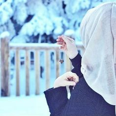 Image in Hijab collection by Naz on We Heart It Beautiful Hijab Girl, Beautiful Muslim Women, Stylish Girls Photos, Stylish Girl Pic, Hijabi Girl, Girl Hijab, Islamic Girl Pic, Cool Girl Pictures, Hijab Style Dress