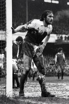 Frank Lampard Senior playing for West Ham in the FA Cup quarter-final at Arsenal in 1975 Arsenal Football, Arsenal Fc, Good Soccer Players, Football Players, West Ham Players, Arnold Bodybuilding, West Ham United Fc, Image Foot, The Sporting Life