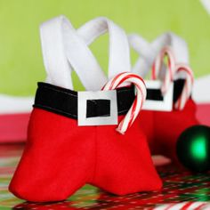 Sew Santa pants treat bags with this free sewing pattern and tutorial. A fun Christmas sewing project to make to give as gifts! Christmas Sewing Projects, Easy Sewing Projects, Sewing Projects For Beginners, Sewing Tutorials, Felt Projects, Christmas Treat Bags, Christmas Crafts, Christmas Ideas, Holiday Ideas