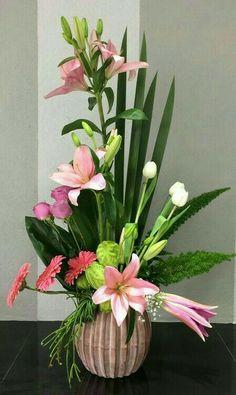 Ikebana Flower Arrangement, Beautiful Flower Arrangements, Floral Arrangements, Beautiful Flowers, Expressions Of Sympathy, Church Flowers, Vases Decor, Botany, Flower Decorations