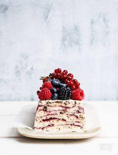 Makkelijke ijstaart recept | Rutgerbakt.nl Parfait, Eton Mess, Ice Ice Baby, Sweet Recipes, Panna Cotta, Frozen, Ice Cream, Sweets, Cookies