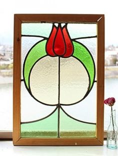 チューリップのモチーフ、ふんわりとした曲線がかわいらしいステンドグラス アンティークステンドグラス      商品情報 イギリスアンティーク家具の販売ならビクトリアンクラフト
