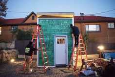 Serving a nomadic homeless shanty town known as Nickelsville, the Impossible City project involves a group of a teenagers who are creating not just tiny houses but also solar power stations, compos…