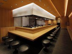 つじ田 Resturant Interior, Japanese Restaurant Interior, Japanese Interior Design, Restaurant Interior Design, Open Kitchen Restaurant, Ramen Restaurant, Sushi Bar Design, Japanese Bar, Counter Design