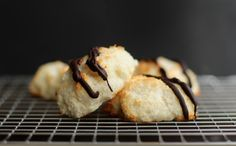 Protein Macaroons Gluten Free 1/4 liquid egg whites 1/4 vanilla whey protein powder 1/4 granulated erythritol (or granulated low-calorie sweetener of choice) 7/8 cup grated coconut (aka desiccated coconut)