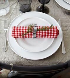 Τα υφάσματα με το μέτρο θα σας βοηθήσουν να δώσετε γιορτινή όψη στο δείπνο. Βάλτε τη φαντασία σας να δουλέψει και συγκεντρώστε την οικογένεια γύρω από το τραπέζι! Κάνε re-pin αυτή τη φωτογραφία και μπες στην κλήρωση για μία δωροκάρτα ΙΚΕΑ αξίας 50€ και ένα λεύκωμα για τα 10 χρόνια ΙΚΕΑ στην Ελλάδα!