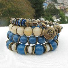 Fait avec Agate Dragon bleu, bleu corail, jaspe dalmatien, Belize corail blanc, jaspe océan, en laiton et perles de Bronze, entretoises en laiton et breloque Om en laiton.  Mesures: 3 + 1/6 boucles; les perles sont 3-10 mm. OM charme est 11.6x16.6 mm  ** Sur fil mémoire : cest un fil en acier inoxydable trempé qui se souvient de sa forme lorsque vous développez il et boutons pression au dos à sa forme originale lorsque vous relâchez il. Cest la corrosion et au ternissement résistant…