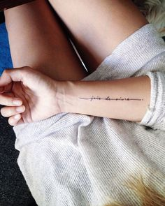 Pin de allanes resende em tatuagem writing tattoos, text tattoo e tattoos. Little Tattoos, Mini Tattoos, Trendy Tattoos, Cute Tattoos, Beautiful Tattoos, Small Tattoos, Tattoos For Women, Phrase Tattoos, Faith Tattoos