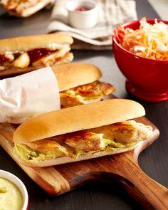 DUO DE HOT DOG AU POULET Ingrédients pour 6 personnes 4 filets de poulet fermier St SEVER 1 cuillère à café de piment d'Espelette 3 cuillères à café de moutarde 3 cuillères à café de ketchup 300 g de choucroute nature cuite 6 cuillères à soupe de crème fraîche  12 pains à hot dog 2 cuillères à café de curry en poudre 1 cuillère à café de curcuma 12 cornichons 5 cl d'huile d'olive Fleur de sel Des hot dog au poulet aussi faciles à réaliser qu'à déguster ! Idéal pour une soirée plateau-télé Hot Dogs, Hot Dog Buns, Bagel, Finger Foods, Barbecue, Holiday Recipes, Hamburger, Sandwiches, Finger Food
