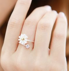 Cute Daisy Flower Stretch Ring. Love this my fav flower and diamond stone <3