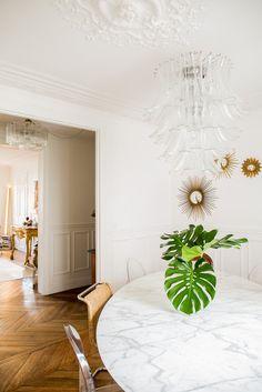 Paris Rénovation et réaménagement d'un appartement haussmanien - MrL&MrsC - aurelie lambert -salle à manger, parquet point de hongrie, marbre laiton, table saarinen, curtis jeré, mies van der rohe, miroir sorcière, rideau lin blanc gansé vert, assises motif feuillage