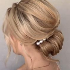 Elegant loose wedding Hair updo with pearl comb. Step by step video. Elegant loose wedding Hair updo with pearl comb. Step by step video. Loose Wedding Hair, Wedding Hair And Makeup, Medium Wedding Hair, Romantic Wedding Hair, Vintage Wedding Hair, Hair Comb Wedding, Medium Hair Styles, Long Hair Styles, Hair Medium