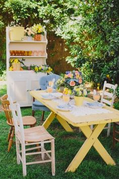 backyard summer bridal shower // photo by Jen Wojcik Photography - Lots of great spring/summer ideas here, not just this outdoor table setting.