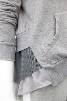 grey jersey outfit, nice look great inspiration not so easy as it looks. Loving the textured layers to this jersey. Fashion Details, Look Fashion, Fashion Design, Blusas T Shirts, Mode Collage, Sport Fashion, Womens Fashion, Moda Casual, Winter Mode