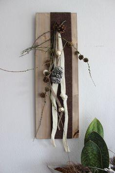 AW35 %u2013 Winterliche Wanddeko! Holzbrett dekoriert mit Filzb�ndern, Kugeln, nat�rlichen Materialien und einen Weihnachtsmannkopf! Preis 29,90%u20AC