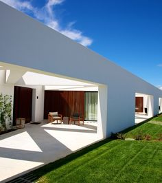Groundbreaking Brazilian architect Marcio Kogan has just put his final touches on the stunning L'AND Vineyards Hotel, located in the heart of Alentejo, the south-central region of Portugal. Beautiful Architecture, Architecture Details, Interior Architecture, Interior And Exterior, Architecture Board, Modern Exterior, Interior Design, Hotels In Portugal, Home Building Design