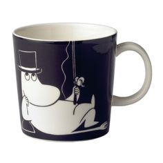 Indulge yourself in a drink with the charismatic Moominpappa. This ceramic Moomin collection is yet another innovative creation from one of Finland's oldest ceramic manufacturers Arabia. Illustrations by Tove Slotte bring Tove Jansson's Moomin world t Rose Bowl, Moomin Mugs, Classic Dinnerware, Tove Jansson, Maker, Cute Mugs, Or Antique, Marimekko, Scandinavian Design