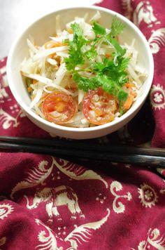 ソムタム。 日本人には本場の味は辛すぎるので、唐辛子は青唐辛子1本にした。にんにくも明日を考え包丁で押しつぶし加え、果肉は食べなかったのでマイルドテイスト。 ナンプラーと干し海老が入れば、タイ料理ぽいカッコがつくね。