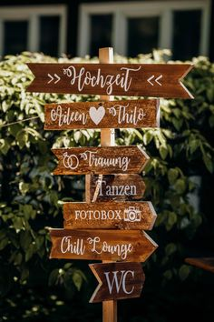 Rustic wedding signpost - All About Decoration Rustic Wedding Photos, Wooden Wedding Signs, Rustic Wedding Details, Diy Wedding Decorations, Wedding Centerpieces, Trendy Wedding, Boho Wedding, Wedding Jewelry, Wedding Gifts