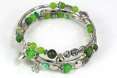 Rigtig flot armbånd i memorywire, med perler i grøn tema og metaldele. Varer fra www.cyberimport.dk