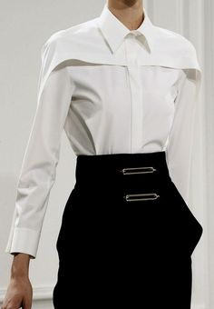 LOVE this blouse! Balenciaga, Fall The absolutely perfect white blouse! Fashion Details, Look Fashion, High Fashion, Womens Fashion, Fashion Design, Fashion Trends, Fashion Goth, T Shirt Fashion, Dress Fashion