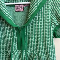 Juicy Couture Green Hooded Pullover sz S Emerald green and white Juicy zip up hoodie with puff sleeve detail and pockets. Super cute as swimsuit coverup! Sz S. 100% cotton. Juicy Couture Swim Coverups
