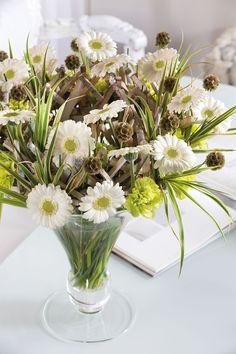 Colourful white gerbera bouquet in a white vase #whitegerberas #inspiration #colouredbygerbera #dutchgerbera