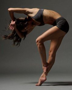how is modern dance different from ballet