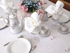 Biały lniany obrus i białe lniane serwetki to najbardziej eleganckie nakrycie stołu. Najwyższa klasa, elegancja i szyk.