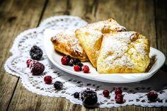 Kennt ihr das - es kündigt sich unerwartet Besuch an, und ihr wisst nicht, was ihr backen sollt, oder habt einfach keine Zeit einen aufwändigen Kuchen zu backen? Dann sind diese Express Quarktaschen genau das Richtige für euch. Die kommen immer gut an und sind schön mit der Hand zu essen.    Zutaten für 6 Stück   1 Rolle Blätterteig aus der Kühltruhe 250 g Magerquark 1 EL Puddingpulver (Vanille) 1 TL Vanillezucker 60 g Puderzucker 1 Spritzer Zitronensaft 40 g weiche Butter 1 Ei Puderzucker…