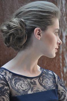Dupla imbatível para festas - coque e topete. O penteado, romântico deixa o colo livre e é uma opção para quem gosta de prender os cabelos de forma clássic