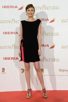 Bondgirl Olga Kurylenkos Auftritt in Madrid war eine reine Herzensangelegenheit: Das Kleine Schwarze von Lanvin legt signalstarkes Pink frei und die Louboutin-Sandalen mit Herzmotiv machen eine klare Ansage. Ein Look, der flirtet.
