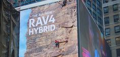 Toyota transforme un panneau publicitaire en mur d'escalade géant