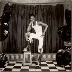 © Samuel Fosso   Samuel Fossoes un fotógrafo camerunés (nacido en 1962 en Kumba) que ha trabajado la mayor parte de su carrera en la República Centroafricana. Su obra utiliza autorretratos que toman la forma de una serie de personajes, a menudo relatando la historia de África.