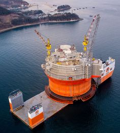 With its open deck measuring 275 meters by 70 meters and capacity to lift metric tons, the semi-submersible Dockwise Vanguard is the largest heavy lift ship in the world. The vessel, known … Heavy Construction Equipment, Heavy Equipment, Oil Rig Jobs, Oil Platform, Marine Engineering, Merchant Marine, Drilling Rig, Heavy Machinery, Tug Boats