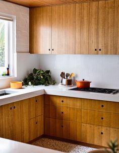 The Design Files – A Lovingly Restored Mid-Century Marvel In Mount Martha. Home Interior, Kitchen Interior, New Kitchen, Kitchen Decor, Kitchen Sink, Interior Design, Mid Century Modern Kitchen, Mid Century Kitchens, The Design Files