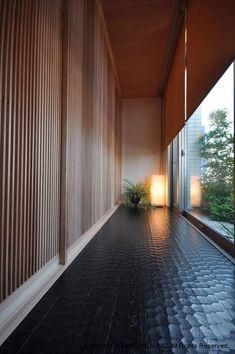 Prayer room hallway (solid wood doors and floor) Modern Japanese Interior, Japanese Modern House, Japanese Living Rooms, Japan Architecture, Architecture Details, Interior Architecture, Home Interior Design, Exterior Design, Interior And Exterior